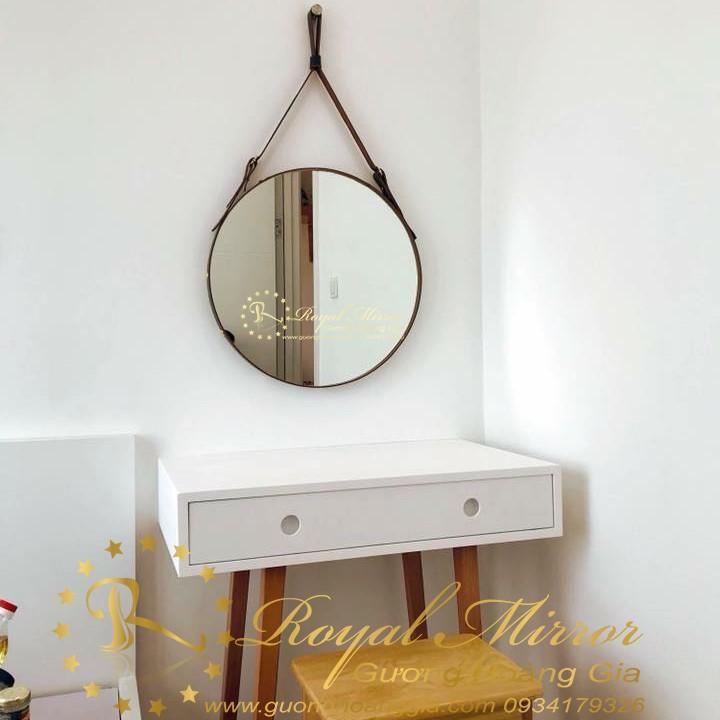 Gương bàn trang điểm cạnh giường