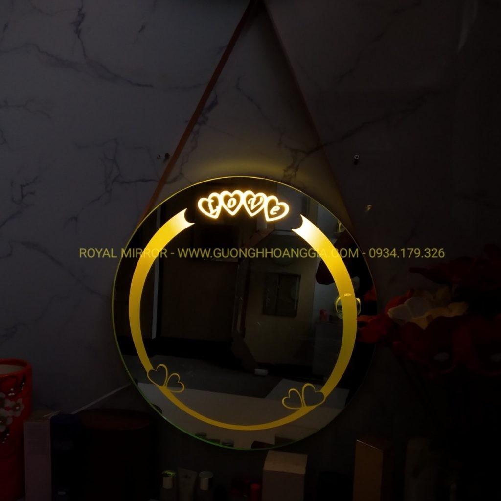 Gương LED LOVE tích hợp đèn ngủ sáng vàng dịu nhẹ tạo không gian lãng mạn huyền ảo