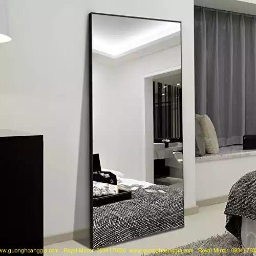 Gương đứng có khung tựa tường